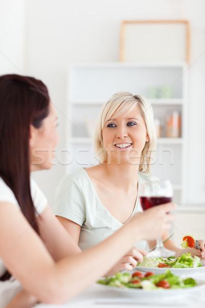 Portret radosny kobiet jedzenie Sałatka pitnej Zdjęcia stock © wavebreak_media