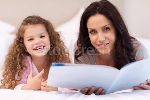 Fiatal anya lánygyermek élvezi olvas együtt Stock fotó © wavebreak_media