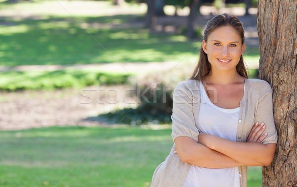 Donna sorridente braccia piegato albero sorridere Foto d'archivio © wavebreak_media