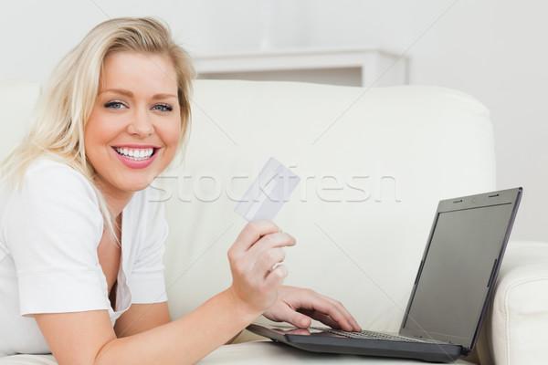 Сток-фото: случайный · женщину · кредитных · карт · ноутбука · диван · стороны