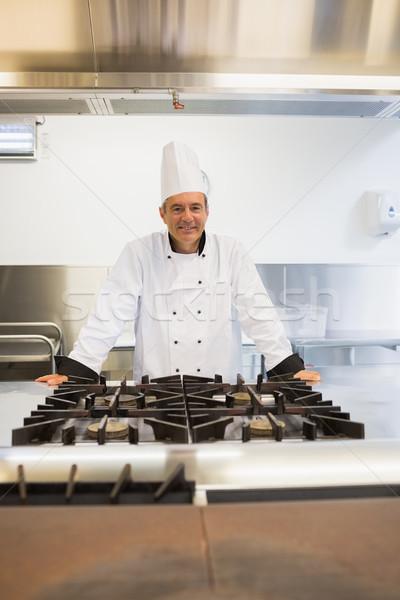 Homem sorridente em pé fogão feliz cozinha Foto stock © wavebreak_media