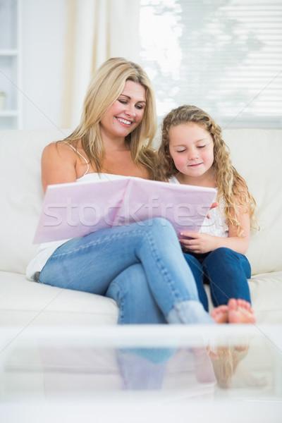 Gülen anne kız okuma kitap kanepe Stok fotoğraf © wavebreak_media