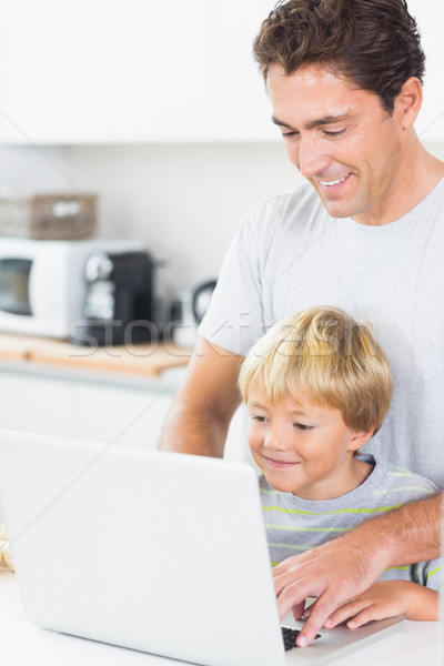 Foto stock: Filho · pai · usando · laptop · sorridente · cozinha · computador · casa