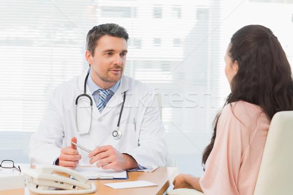医師 リスニング 患者 濃度 デスク 男性医師 ストックフォト © wavebreak_media