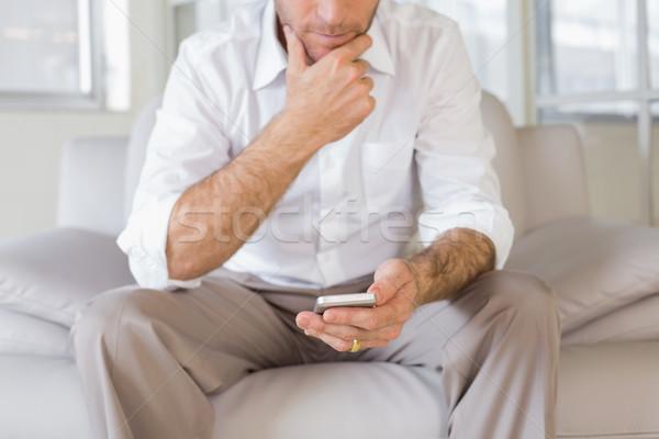 Középső rész férfi sms üzenetküldés otthon jólöltözött fiatalember Stock fotó © wavebreak_media