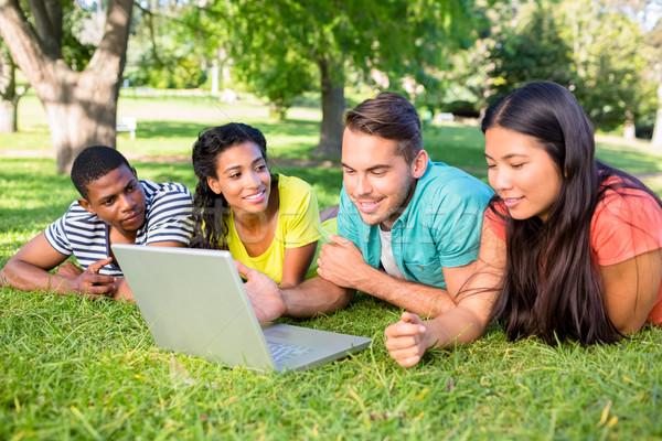 Studentów za pomocą laptopa kampus grupy trawy kolegium Zdjęcia stock © wavebreak_media
