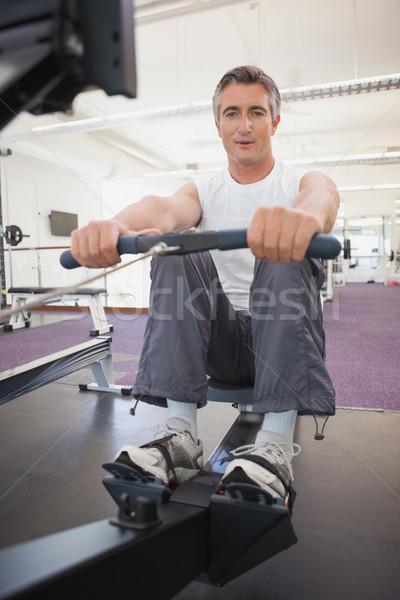 Potrivi om canotaj maşină sală de gimnastică Imagine de stoc © wavebreak_media