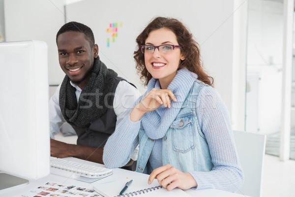 Sorridente trabalho em equipe monitor escritório mulher Foto stock © wavebreak_media