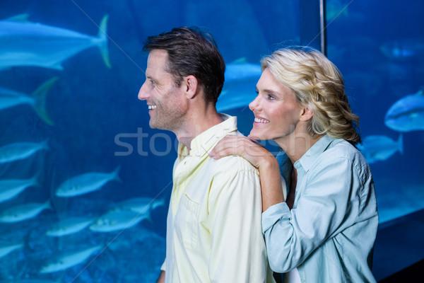 Feliz casal olhando peixe tanque aquário Foto stock © wavebreak_media