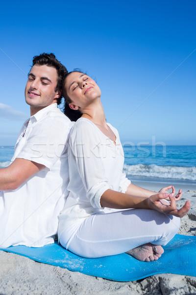 Gelukkig paar yoga naast water strand Stockfoto © wavebreak_media
