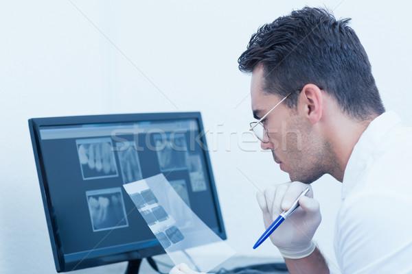 Erkek dişçi bakıyor xray konsantre kalem Stok fotoğraf © wavebreak_media