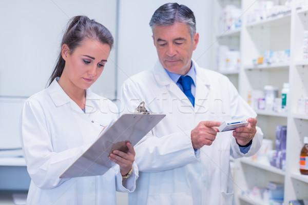 Farmacista guardando prescrizione farmacia medici Foto d'archivio © wavebreak_media