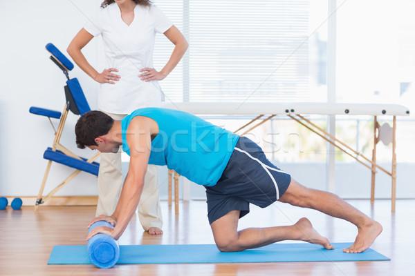 Entraîneur travail homme exercice fitness studio Photo stock © wavebreak_media