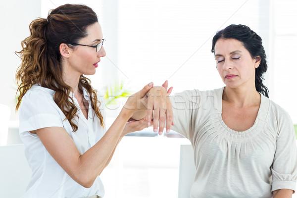 терапевт руки белый помочь женщины Сток-фото © wavebreak_media