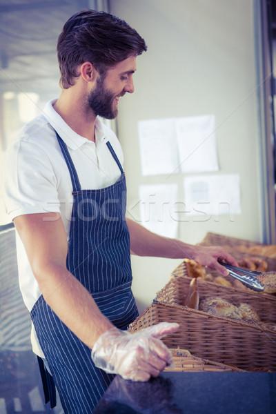 улыбаясь официант хлеб щипцы хлебобулочные Сток-фото © wavebreak_media