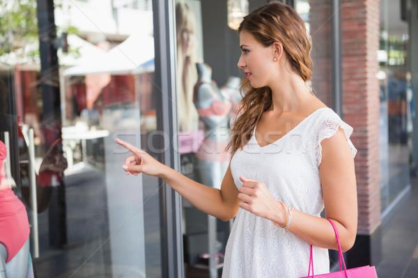 Donna sorridente shopping bag punta finestra shopping Foto d'archivio © wavebreak_media