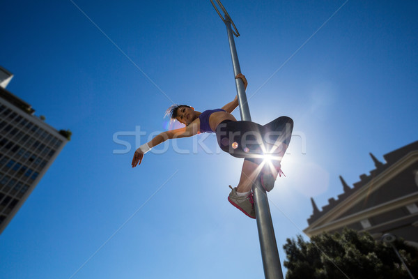 Sportlich Frau hängen Straßenschild Stadt Gebäude Stock foto © wavebreak_media
