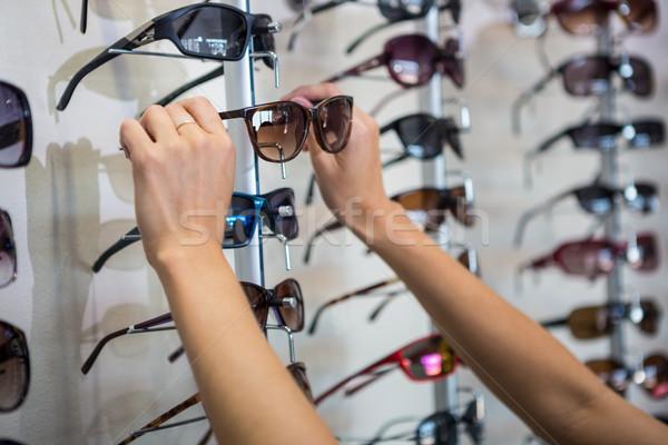 Mulher fora novo óculos de sol compras Foto stock © wavebreak_media