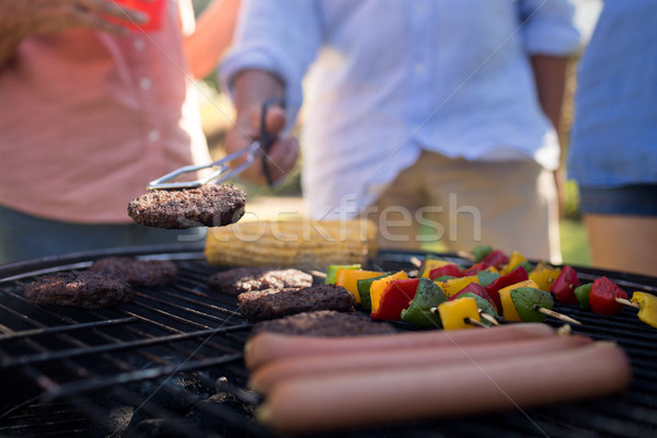 Famille griller légumes saucisses barbecue Photo stock © wavebreak_media