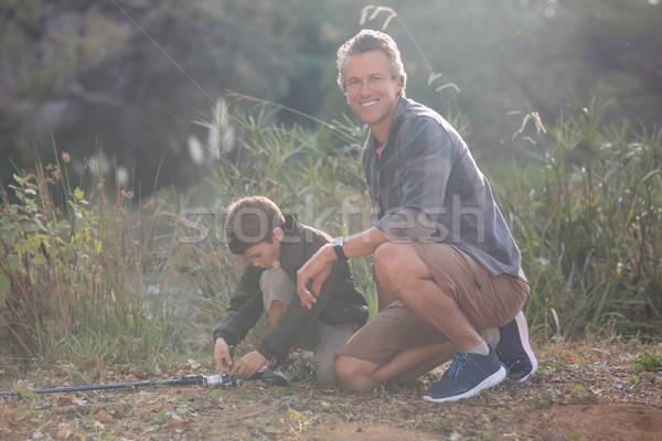 Vader vergadering zoon hengel bos portret Stockfoto © wavebreak_media