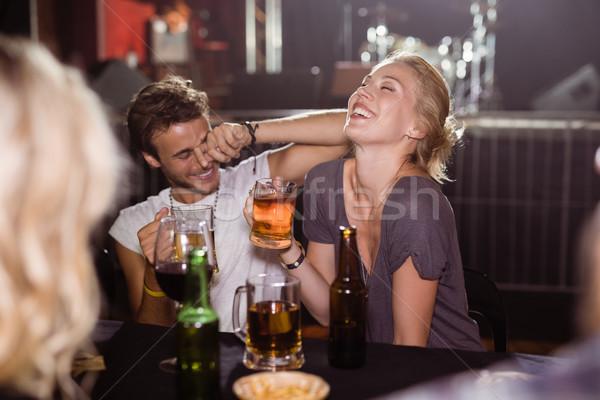 Stockfoto: Vrolijk · vrienden · bier · discotheek · vergadering