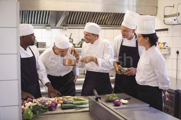 Equipo chef degustación alimentos comerciales cocina Foto stock © wavebreak_media
