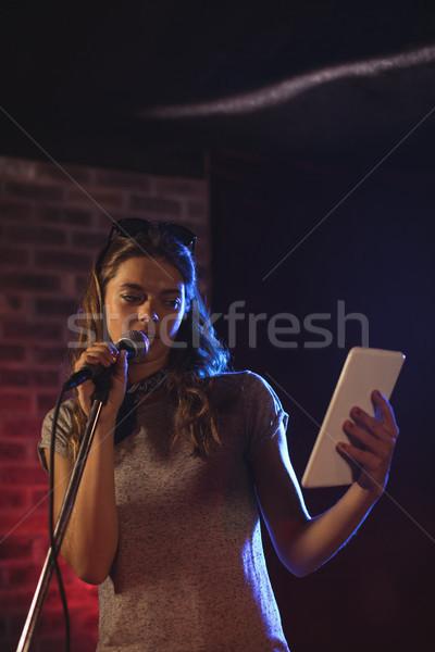 énekes digitális tabletta előad zene koncert Stock fotó © wavebreak_media