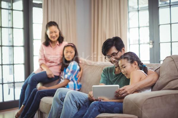 Souriant famille numérique comprimé ensemble salon Photo stock © wavebreak_media