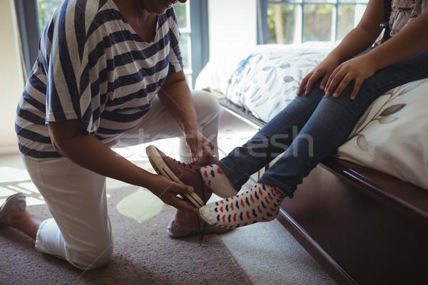 Grootmoeder helpen kleindochter dragen schoenen bed Stockfoto © wavebreak_media