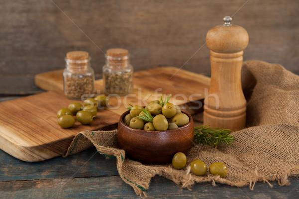 Olives bol poivre shaker toile de jute table Photo stock © wavebreak_media