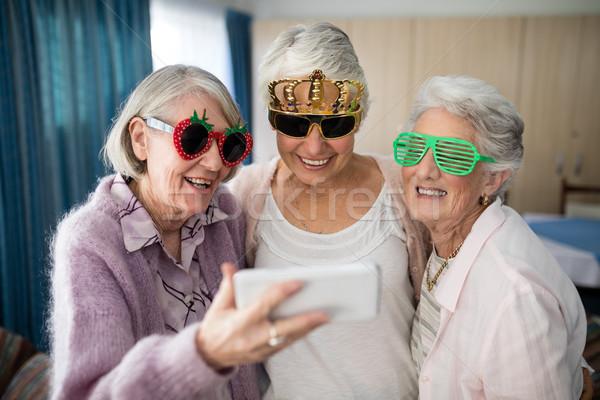Altos mujeres novedad gafas toma Foto stock © wavebreak_media