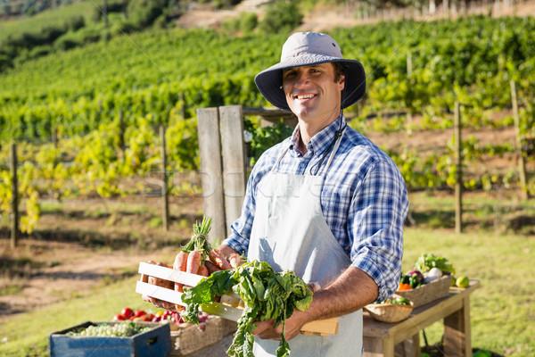 Portrait heureux agriculteur caisse légumes frais Photo stock © wavebreak_media