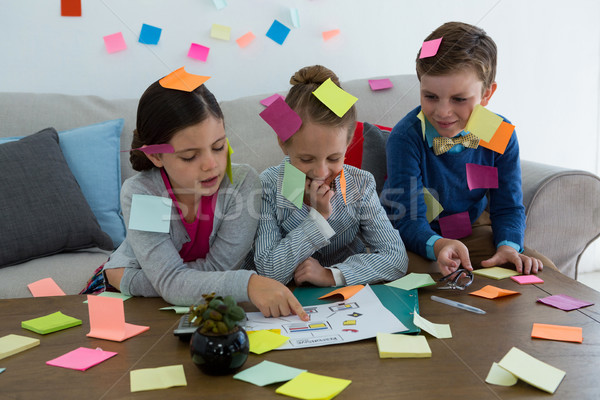Stockfoto: Kinderen · business · spelen · sticky · notes · kantoor