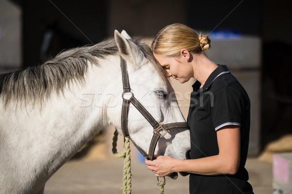 женщины жокей любящий лошади сарай вид сбоку Сток-фото © wavebreak_media