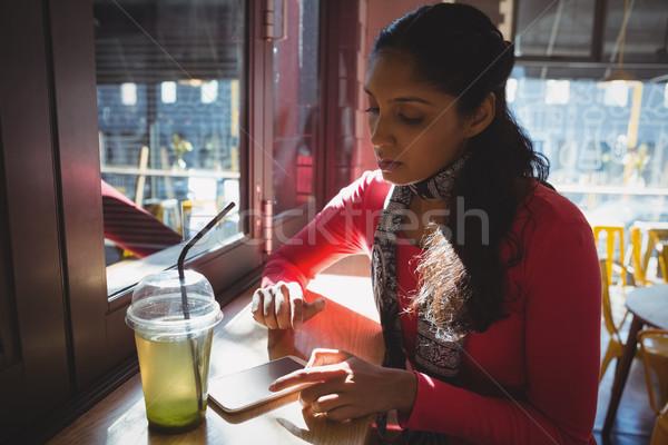 Stockfoto: Vrouw · drinken · telefoon · cafe · jonge · vrouw · venster