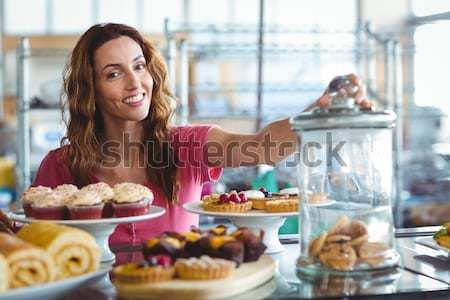 Ritratto sorridere giovani cameriera alimentare Foto d'archivio © wavebreak_media