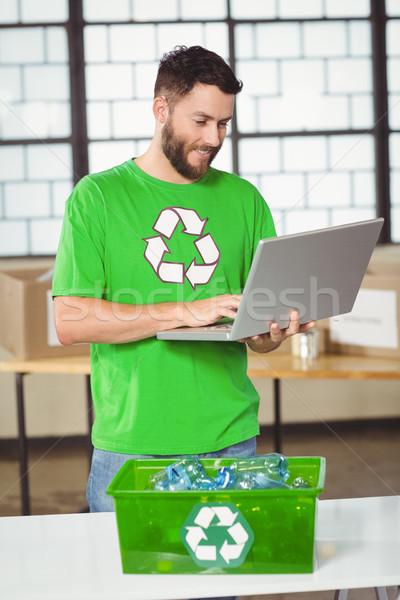 счастливым используя ноутбук служба компьютер человека Сток-фото © wavebreak_media
