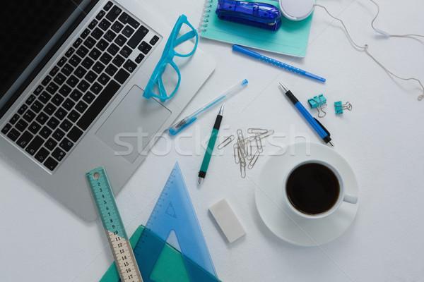 Portátil café negro papelería blanco ordenador sonrisa Foto stock © wavebreak_media