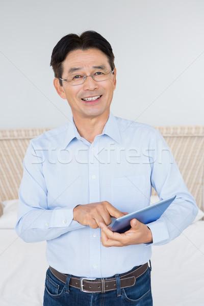 улыбаясь человека таблетка спальня счастливым домой Сток-фото © wavebreak_media