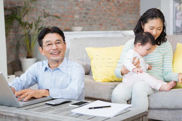 Uśmiechnięty człowiek salon żona gry Zdjęcia stock © wavebreak_media