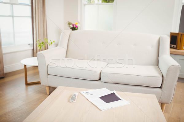 Lege woonkamer sofa tabel krant televisie Stockfoto © wavebreak_media