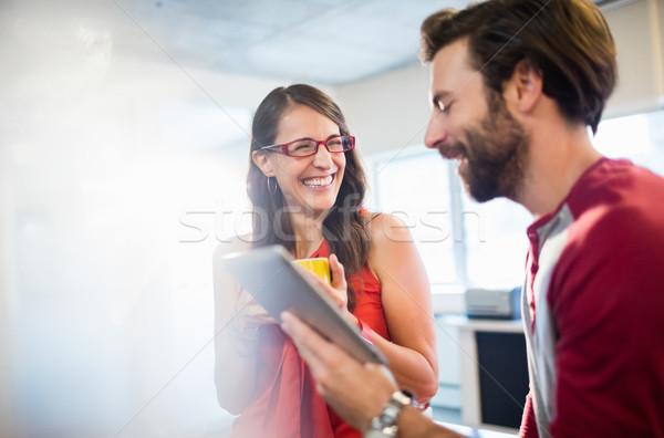Arkadaşları bakıyor tablet ofis kadın adam Stok fotoğraf © wavebreak_media
