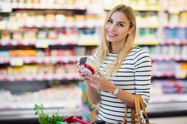 Cliente supermercado producto mujer sonriendo Foto stock © wavebreak_media