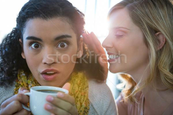 Femme chuchotement secret amis oreille café Photo stock © wavebreak_media