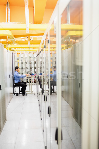 Teknisyen çalışma dizüstü bilgisayar Sunucu oda bilgisayar Stok fotoğraf © wavebreak_media