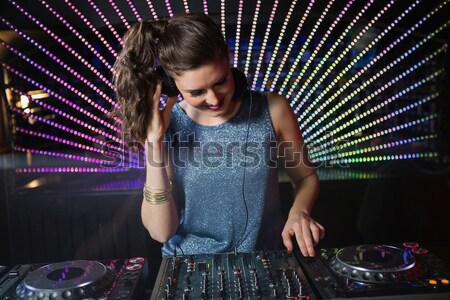 Bastante femenino jugando música discoteca mujer Foto stock © wavebreak_media