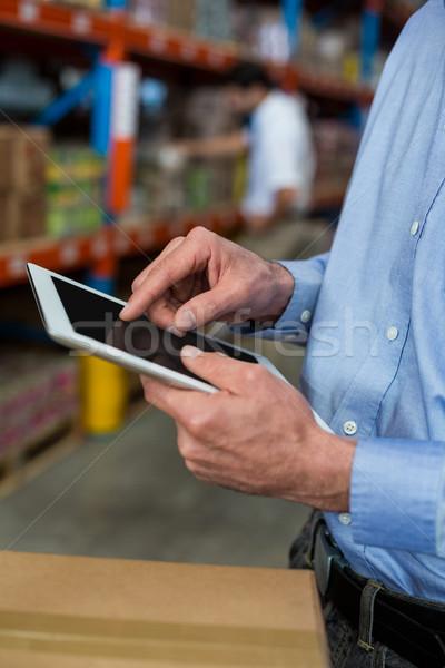 Középső rész raktár munkás digitális tabletta férfi Stock fotó © wavebreak_media