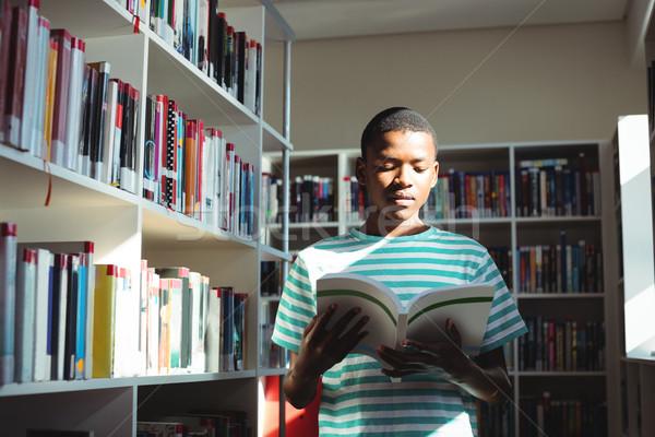 Attento scolaro lettura libro biblioteca scuola Foto d'archivio © wavebreak_media