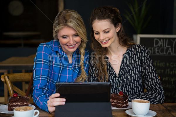 Mosolyog nők digitális tabletta kávéház nő Stock fotó © wavebreak_media