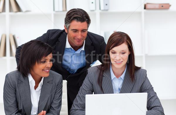 Encantador empresárias colega trabalhando laptop escritório Foto stock © wavebreak_media